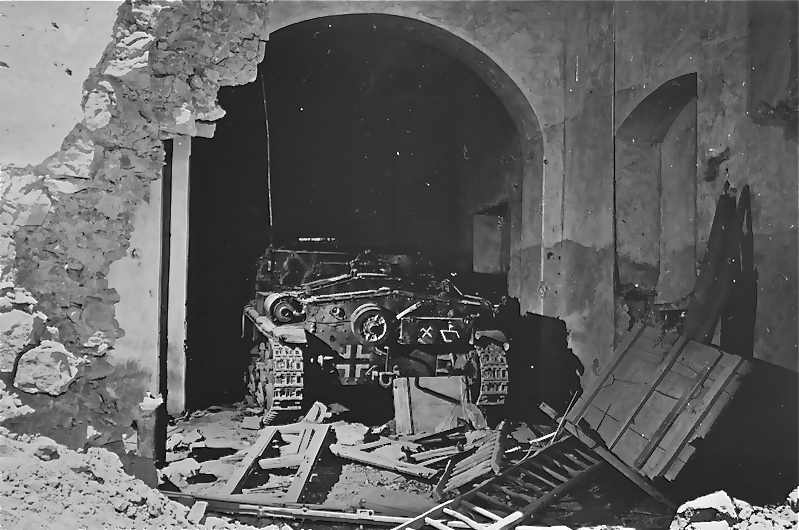 <p>18 maggio 1944. Un semovente italiano appartenente al Panzerjäger-Abteilung 71 abbandonato<br /> in una casa di Castelforte.</p><p class='eng'>German tank in cellar of house on back street in Castelforte, Italy. This tank didn't get<br /> into action due to the surprise element of the opening barrage. Fifth Army, Castelforte Area,<br /> Italy. 18 May 1944. (5/18/1944). National Archives and Records Administration, College Park,<br /> Maryland (111-SC-189944).</p>