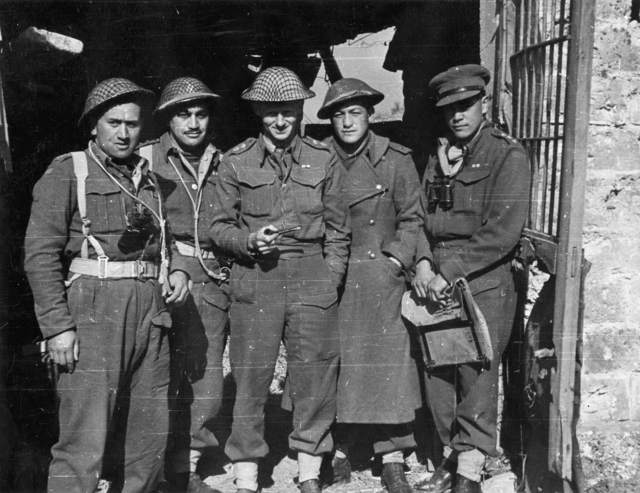 <p class='eng'>DA-05441-F - Members of the Maori Battalion on the 5th army front, Cassino, Italy, 9 February, 1944, photographed by George F Kaye. From left: Captain J C Reedy, Captain R Tutaki, Lieutenant Colonel R R T Young, Lieutenant Moana Raureti, Captain George T Marsden.</p>
