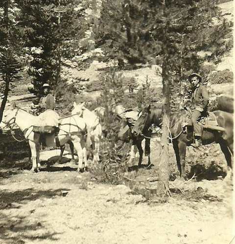 <p>Clay al suo primo lavoro nel 1930 in una foto scattata sulle montagne dell'Alta Sierra in California.</p><p class='eng'>Clay first job as a back country Ranger for the US Forest service in a picture taken in 1930, in the High Sierra mountains of California.</p>