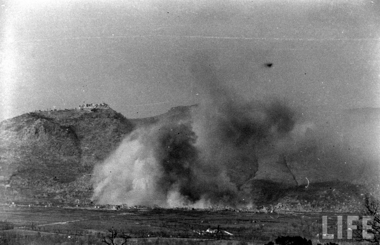 <p class='eng'>LIFE, March 15, 1944: Cassino bombing. Photographer George Rodger.</p>